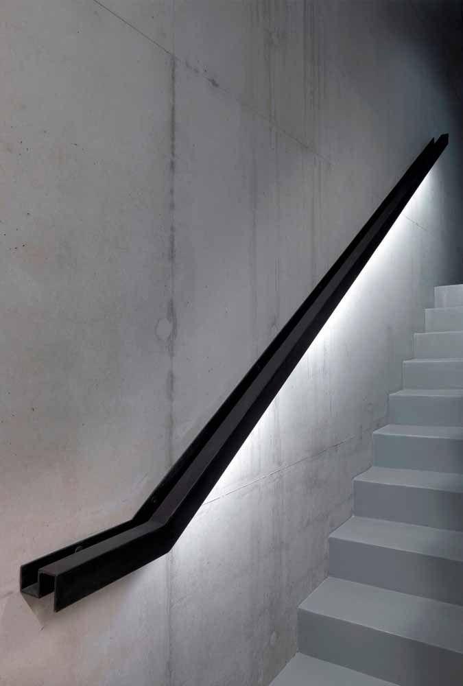 Para a escada branca, um corrimão preto; para valorizar ambos, a fita de LED