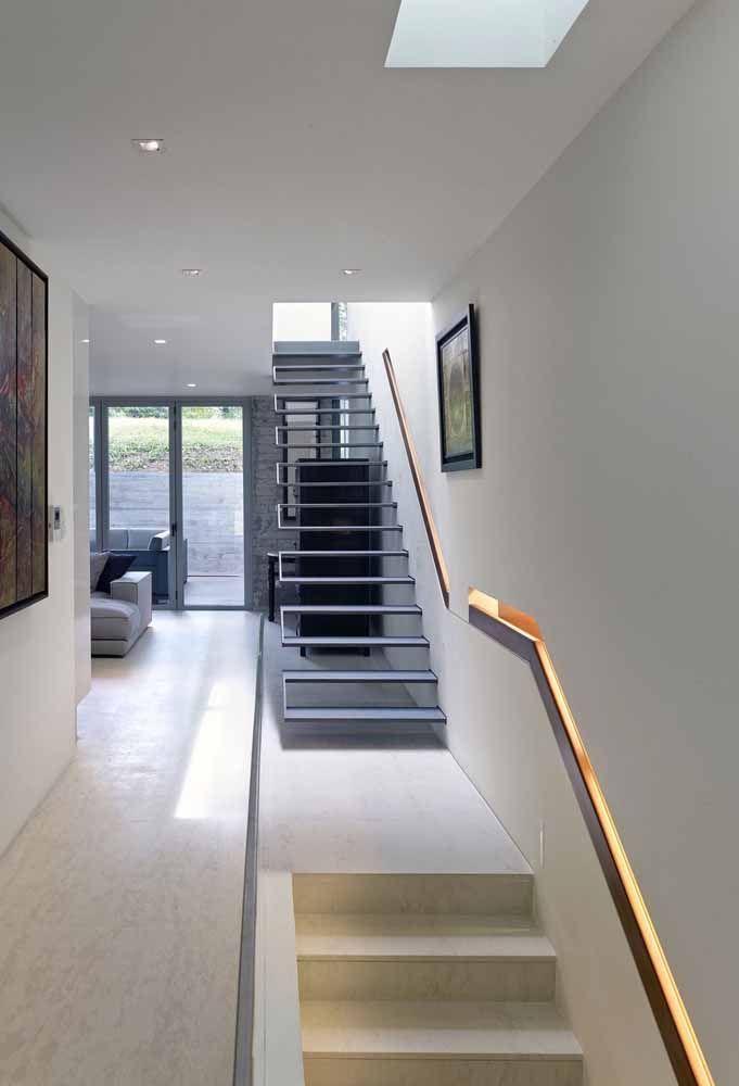 Dois modelos de escada bem diferentes entre sim, mas com o mesmo corrimão