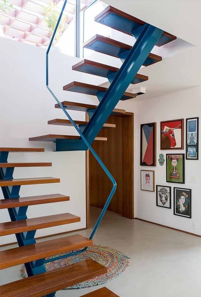 O azul da escada segue no corrimão