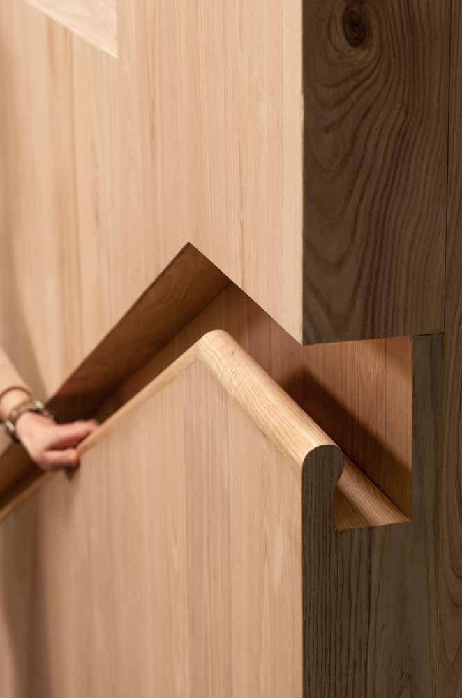 Corrimão embutido de madeira: uma proposta que pode ser rústica ou elegante