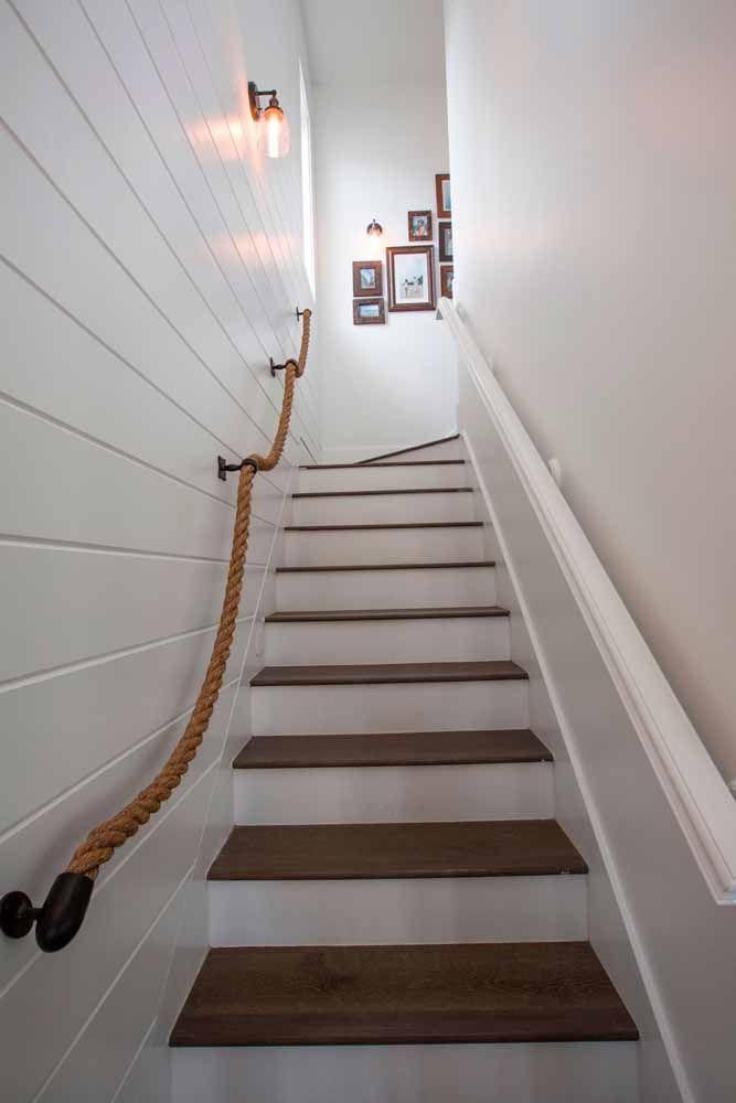Do mar para a parede da casa: esse corrimão de corda bem que parece aquelas usadas em navios
