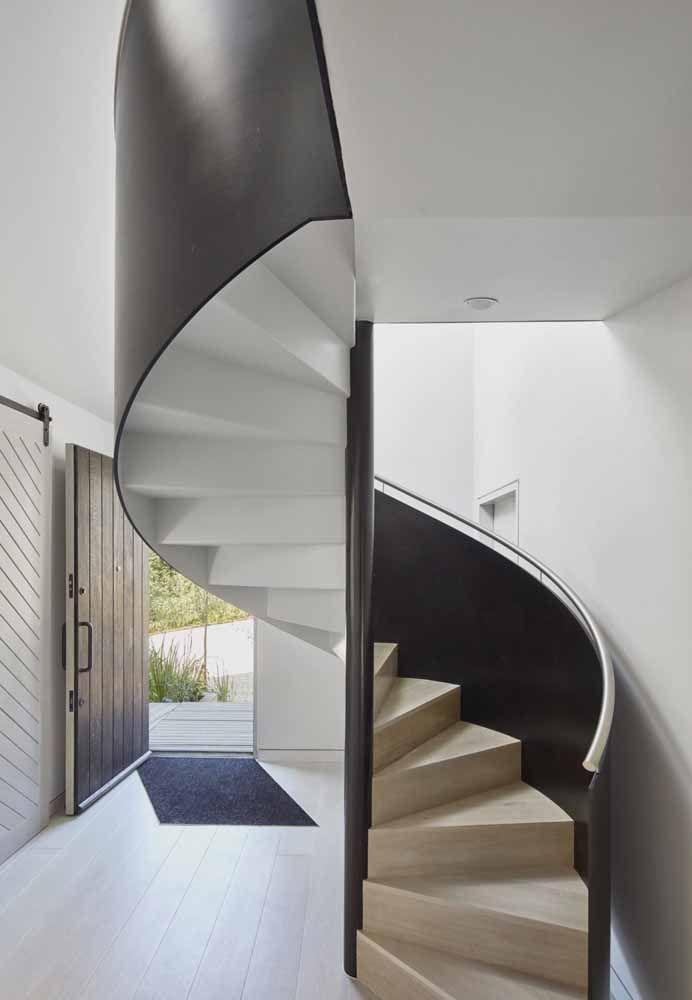 Escada caracol com corrimão fechado