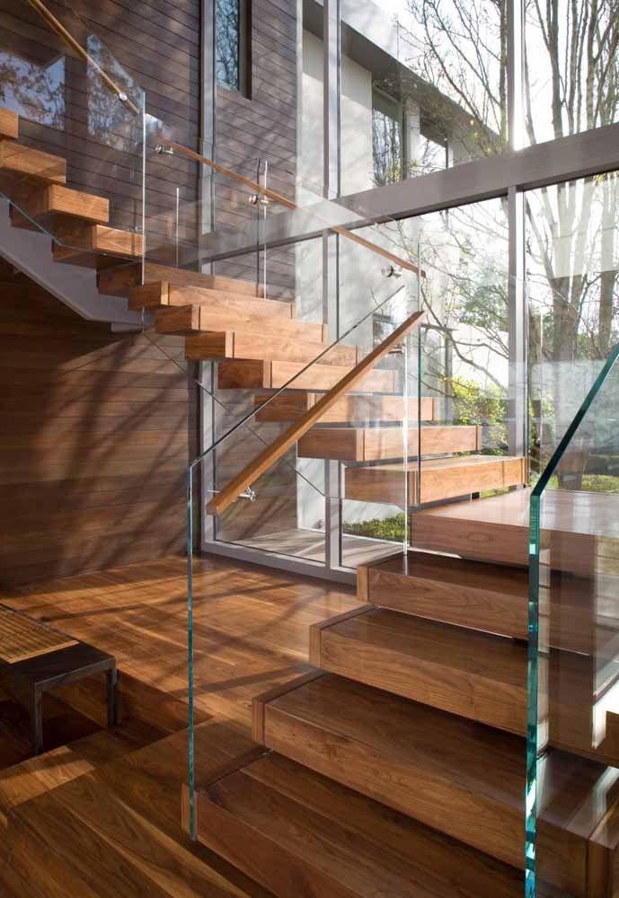 Vidro impecavelmente limpo recebeu um corrimão de madeira como a da escada