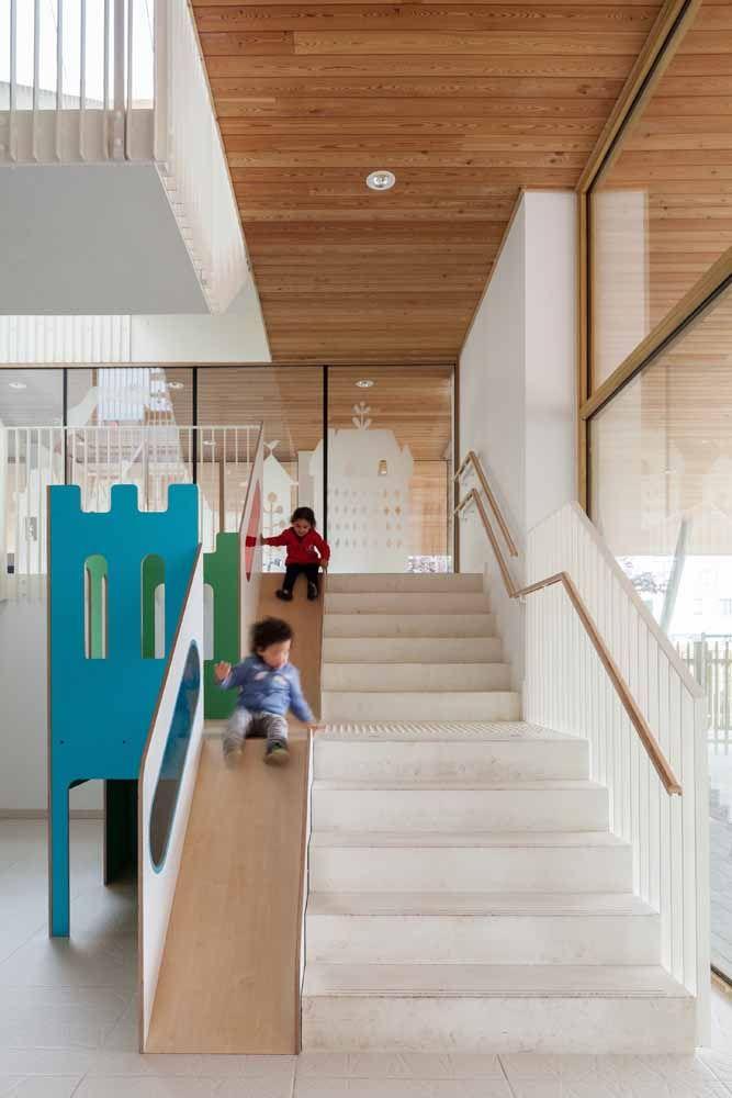 Um jeito de aliar diversão com segurança é instalar um corrimão para subir e um escorregador para descer: as crianças agradecem