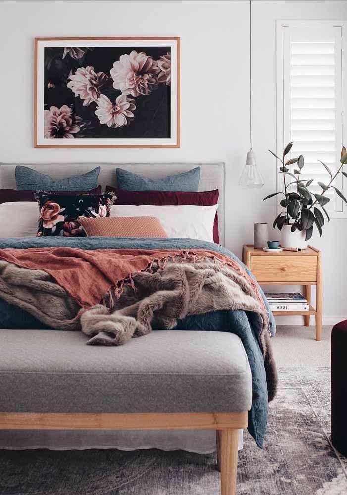 Harmonia visual para o quarto: recamier e cabeceira revestidos no mesmo tecido