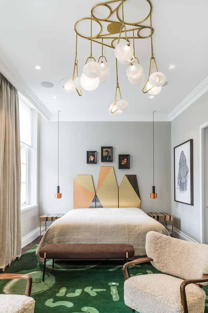 Esse quarto de decoração jovial apostou em um recamier baixinho e discreto, mas capaz de conquistar seu espaço