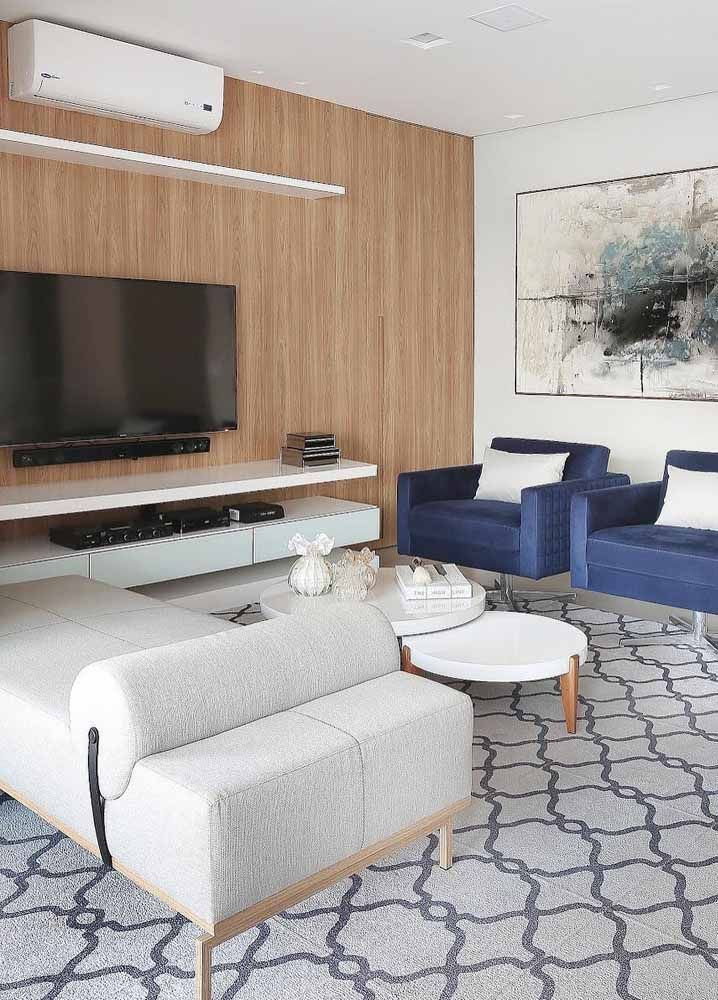 Recamier em formato de divã: o tom neutro do móvel permite que ele seja colocado em diferentes propostas de decoração
