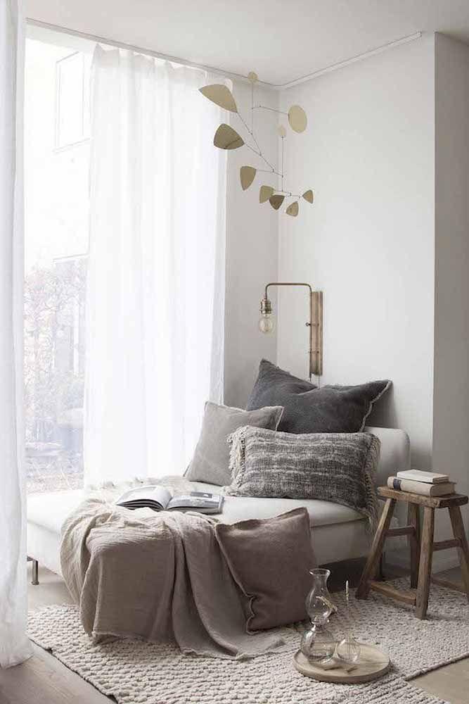 Junto à janela o recamier se torna o local ideal para relaxar e descansar