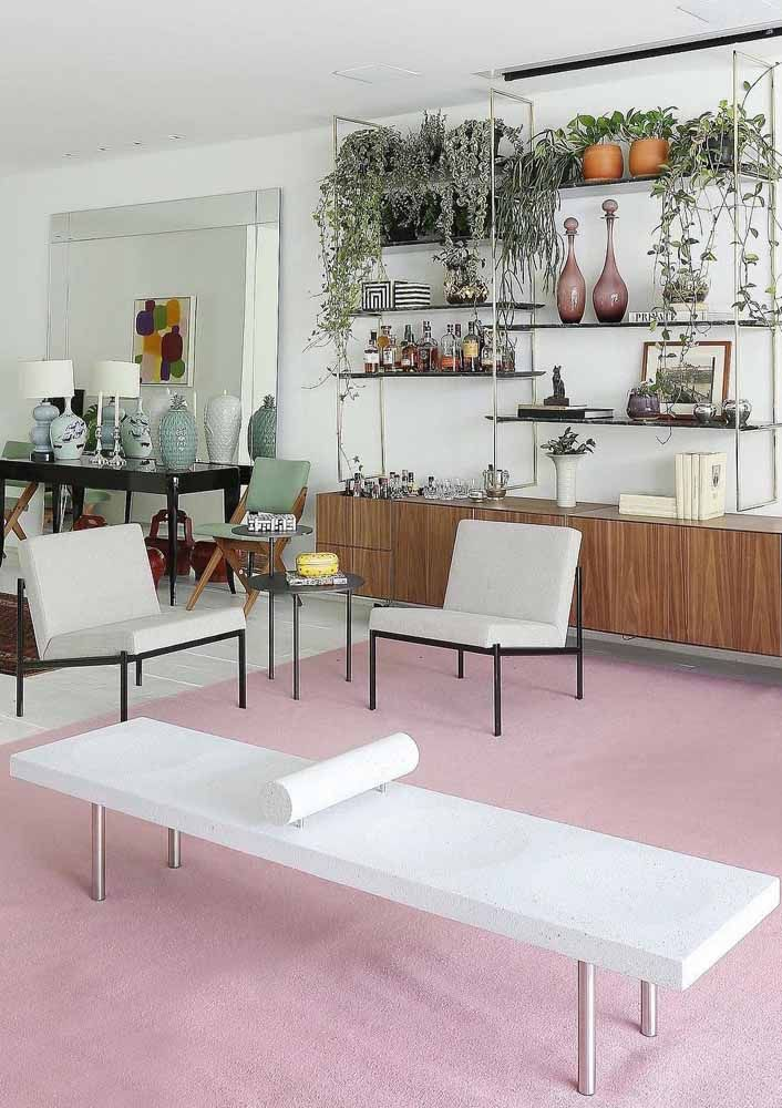 O recamier de linhas retas e design minimalista segue o mesmo estilo das poltronas