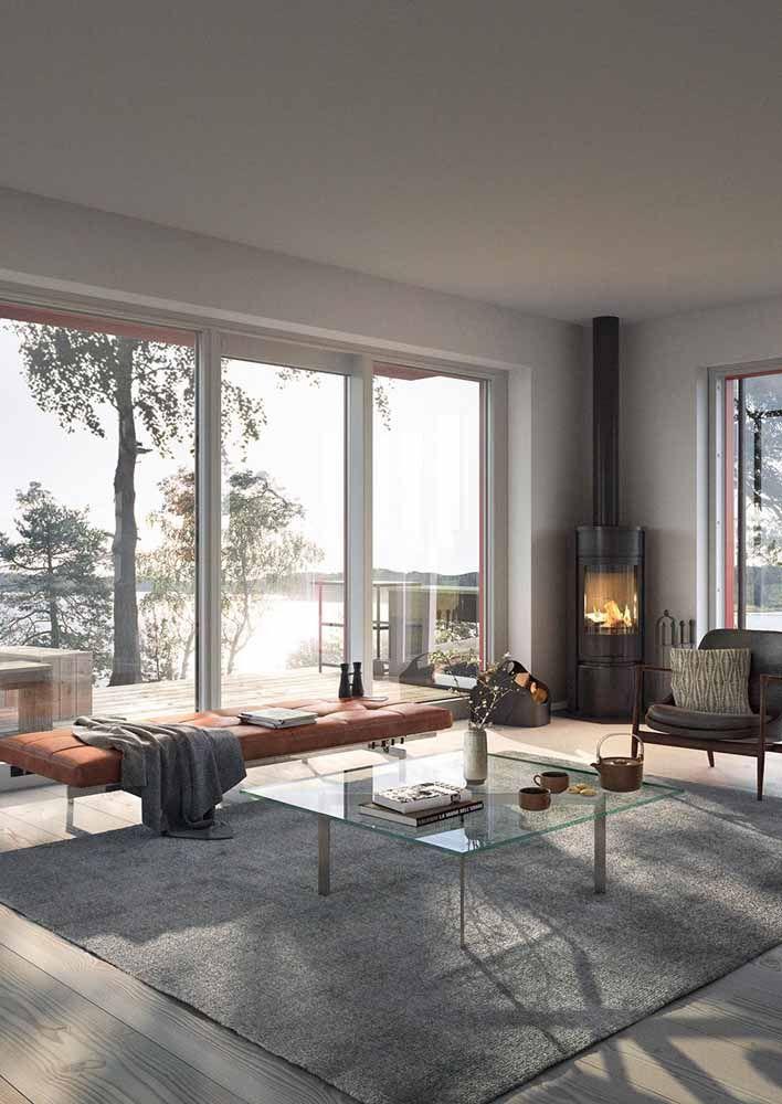 Recamier alongado marca a extensão da sala e ajuda a criar sensação de amplitude para o ambiente