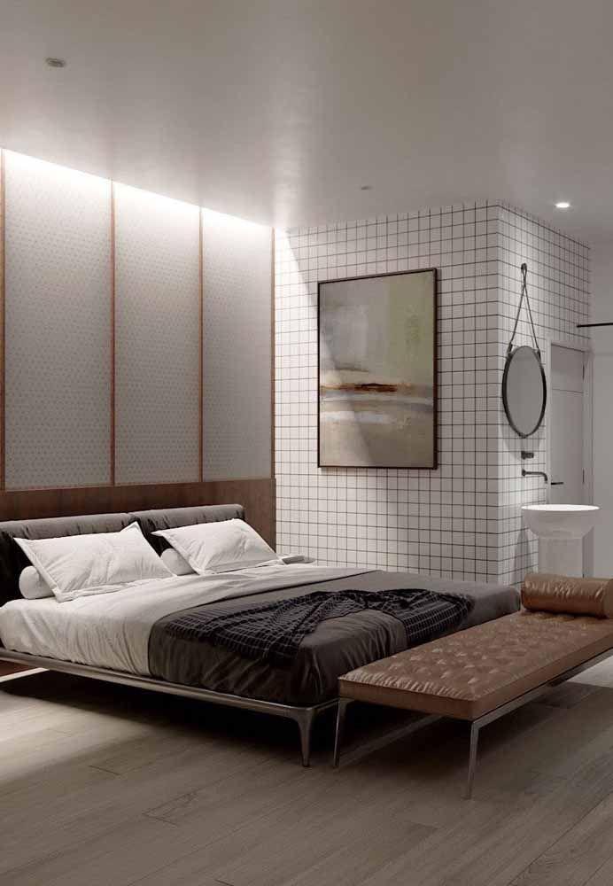 Recamier divã com estofado de couro caramelo: o móvel de estilo sóbrio e formal faz um contraste interessante com o restante da decor jovial e moderna