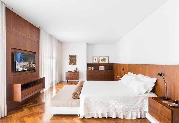 Você pode optar por colocar o recamier rente a cama ou afastá-lo alguns centímetros de modo a não marcar a colcha