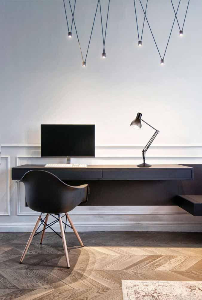O preto e o branco deixaram esse escritório sóbrio e elegante ; o piso de madeira quebra a frieza da dupla e garante o conforto necessário para o ambiente