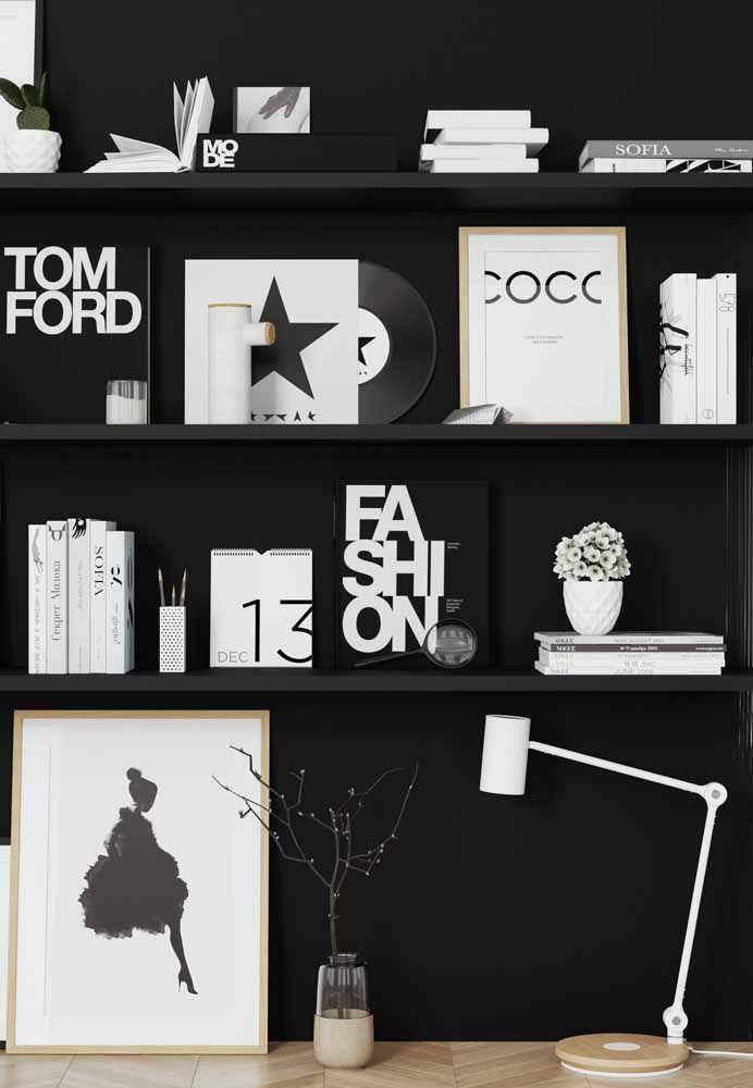 Para contrastar a parede preta, objetos brancos