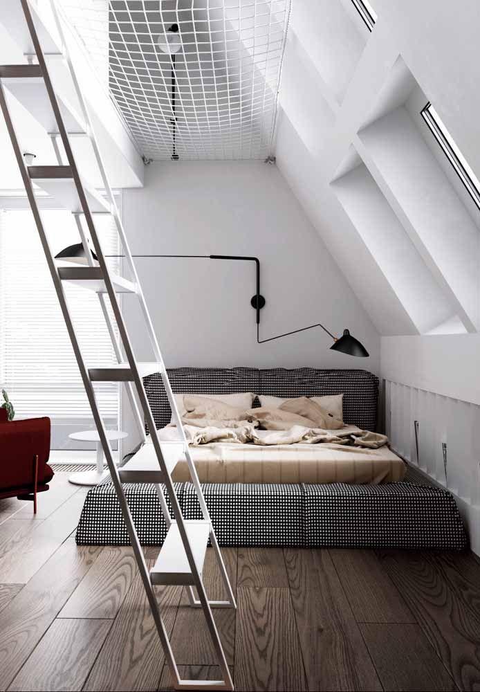 O quarto de fundo branco apostou em um cobre leito xadrez; destaque para a poltrona vermelha ao lado que quebra a dualidade cromática