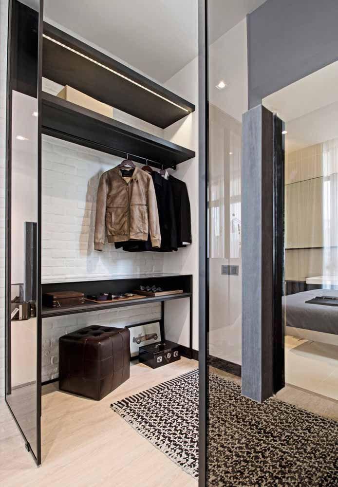 Nesse closet, o preto foi usado sobre a base branca; os tons de marrom dão um toque masculino ao local