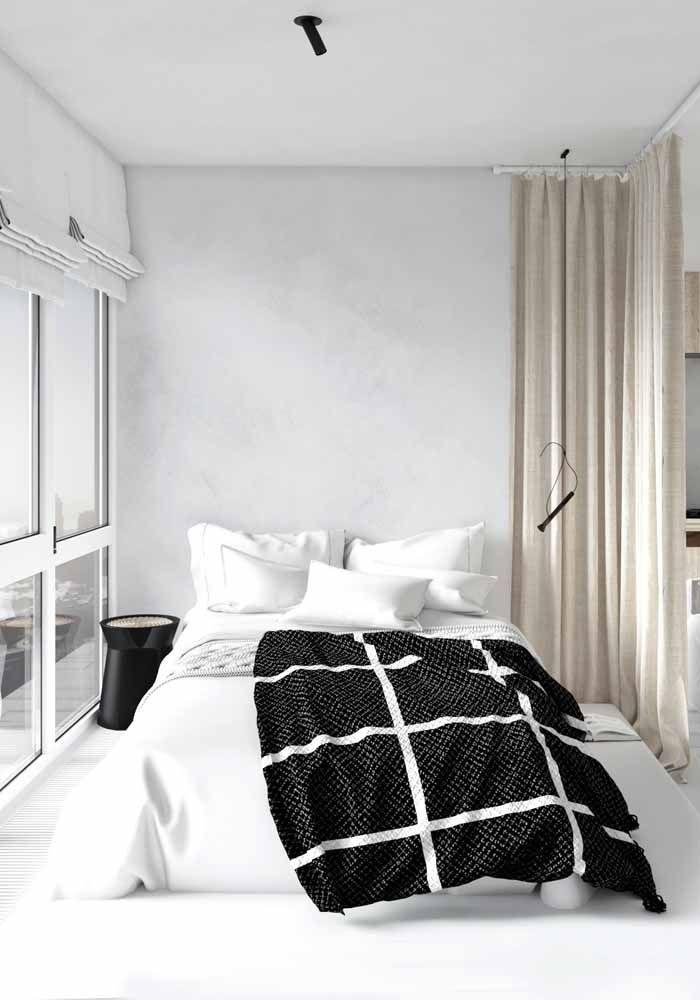 Já nesse quarto a opção foi usar o preto apenas na roupa de cama e no pequeno criado mudo