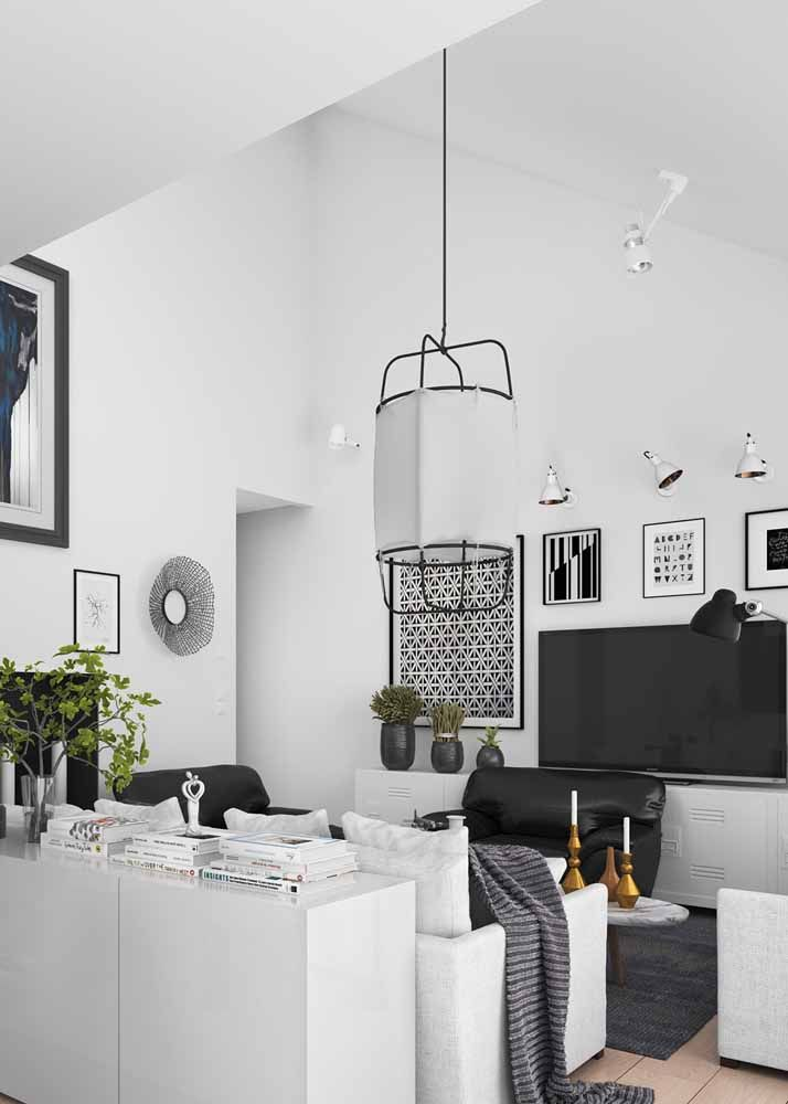 Para a sala cheia de estilo, uma luminária de design arrojado em preto e branco