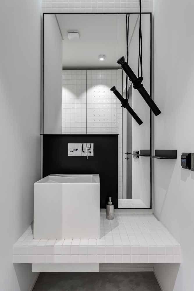 Banheiro branco com detalhes em preto: uma proposta moderna e elegante