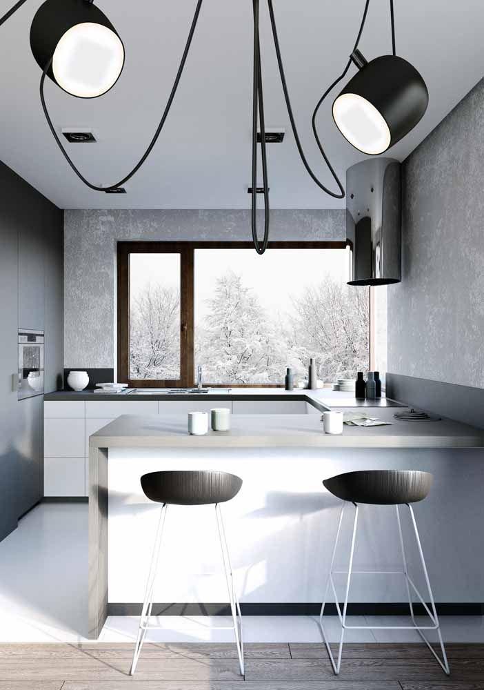 A graça dessa cozinha em preto e branco está nas luminárias