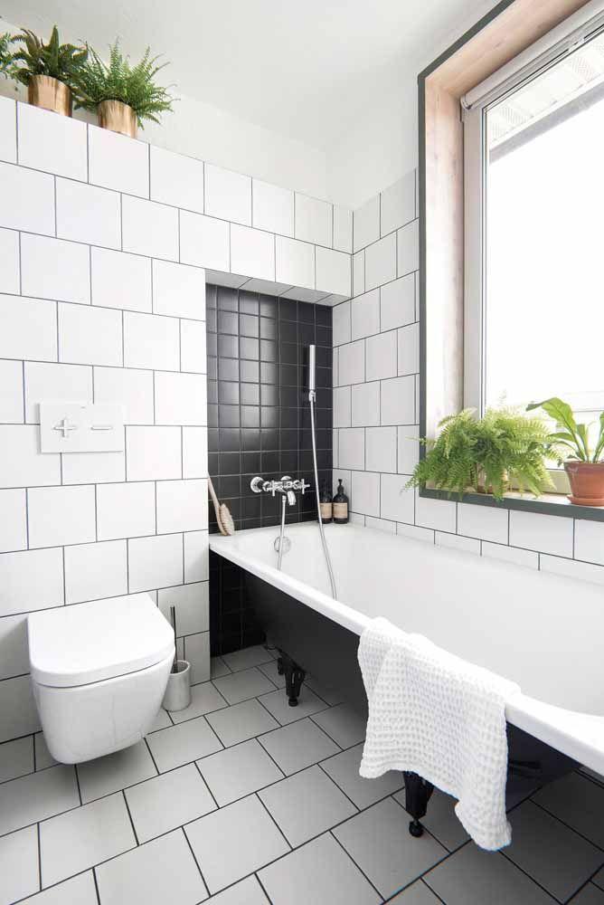 O verde das plantas traz acolhimento e aconchego para o banheiro em branco e preto