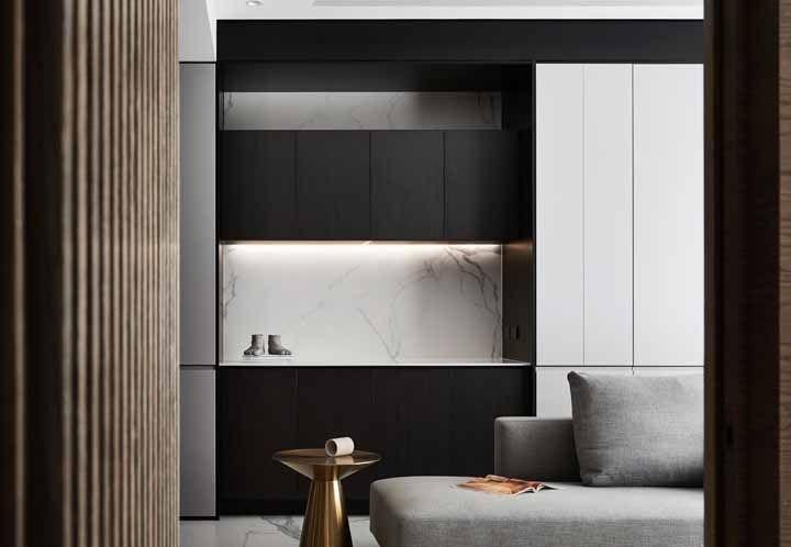 Dourado e cinza completam a decoração da cozinha preta e branca