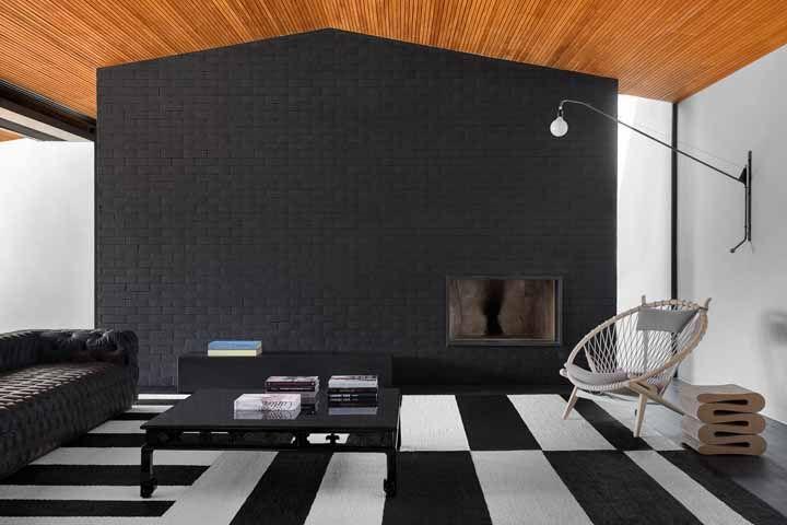 Mix de estampas e texturas marca a decoração preta e branca dessa sala; destaque para o forro de madeira, que até tenta roubar a cena, mas não consegue