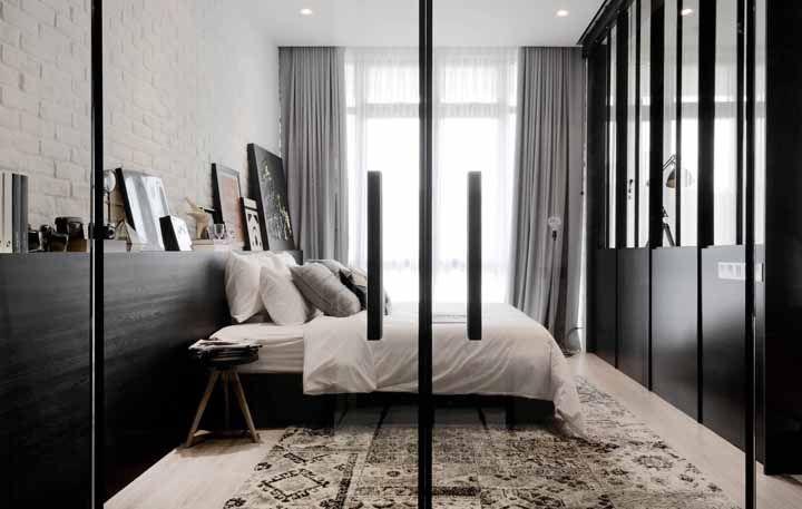 Um tapete preto e branco pode ser a solução que você buscava para sua sala
