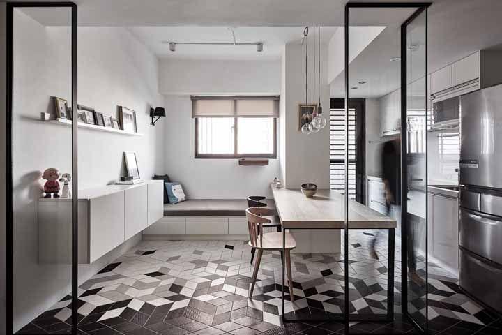 Esse ambiente integrado deve todo seu charme ao piso preto e branco