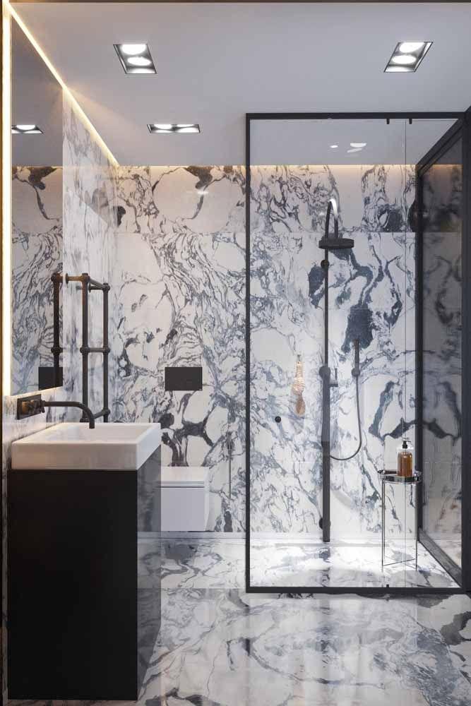 O banheiro preto e branco ficou mais despojado com a estampa no mesmo tom