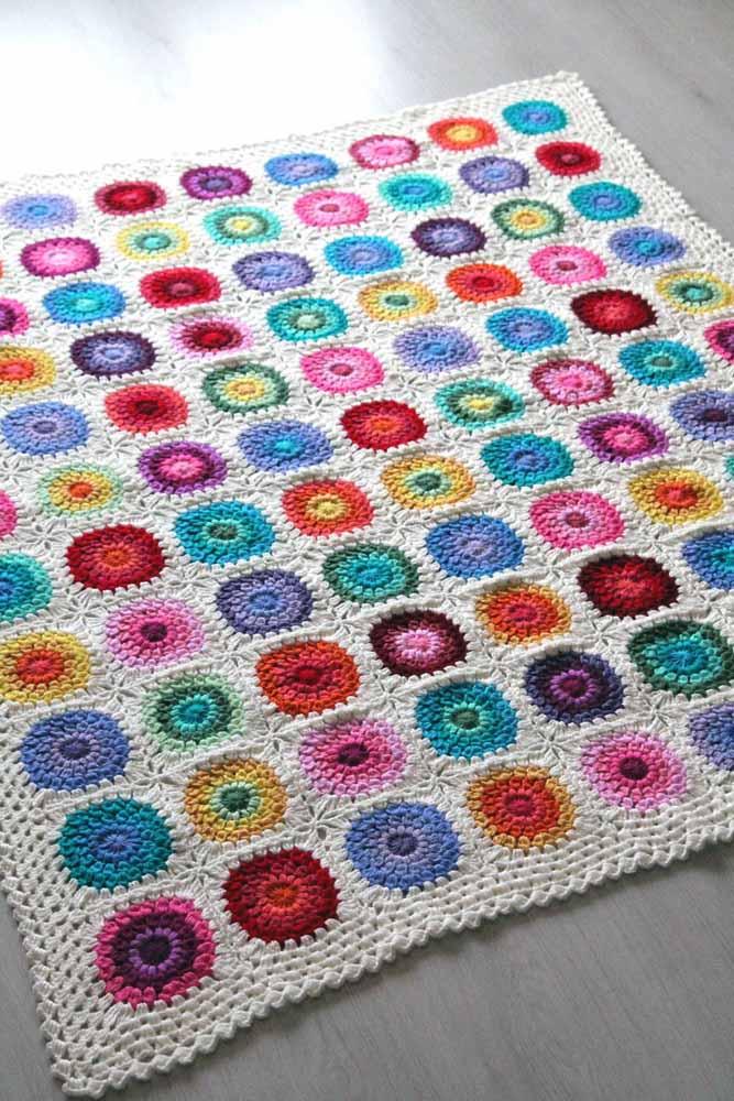 Modelo de tapete de crochê ideal para quem está aprendendo: basta produzir os squares quadradinhos e depois uni-los um a um até formar o tamanho desejado do tapete