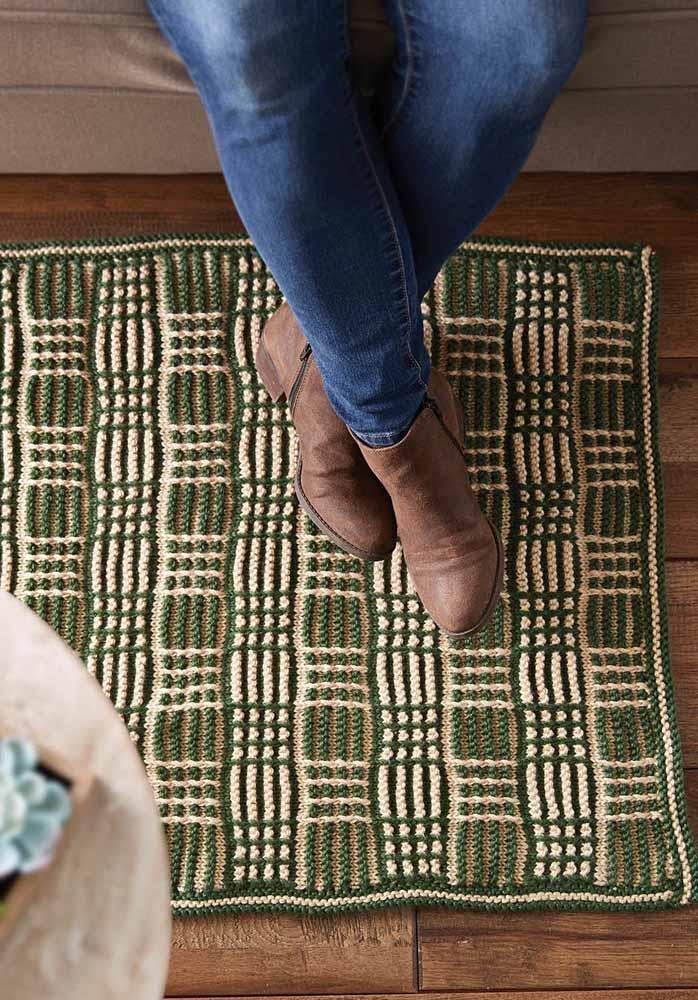 A combinação entre os tons de verde e marrom ficou perfeita para esse tapete quadrado utilizado sob o piso de madeira