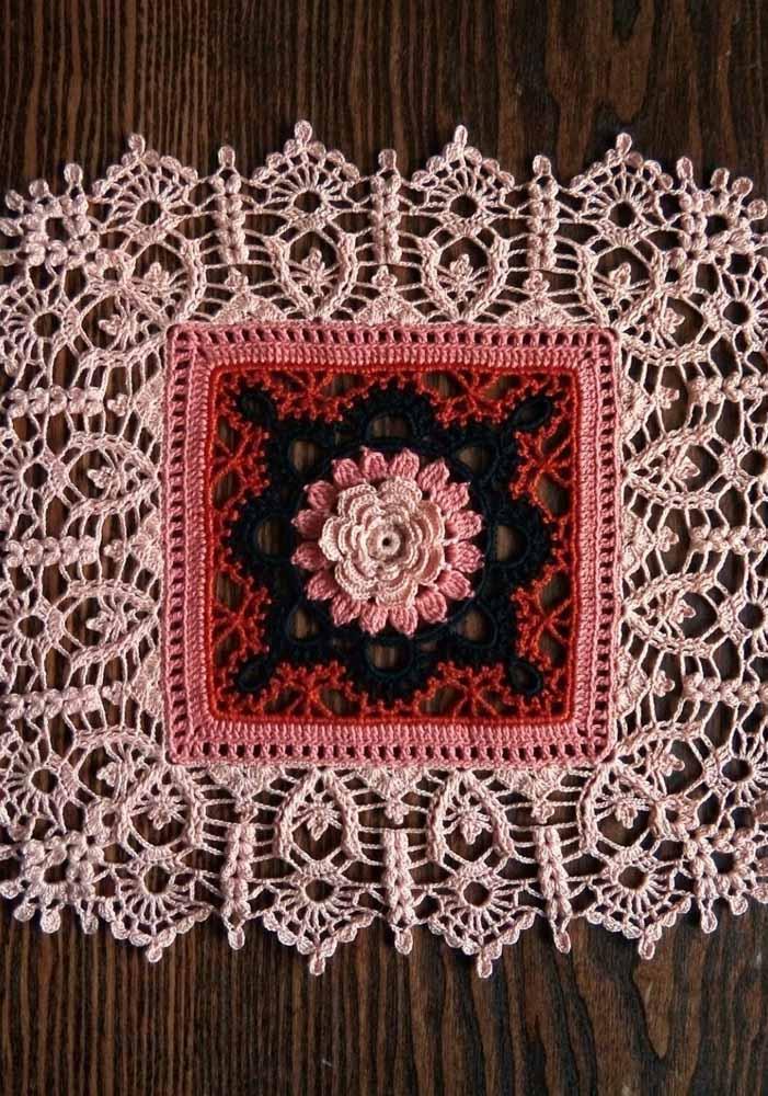 Parece uma flor de verdade, mas é de crochê e feita para decorar o tapete; dá até dó de pisar
