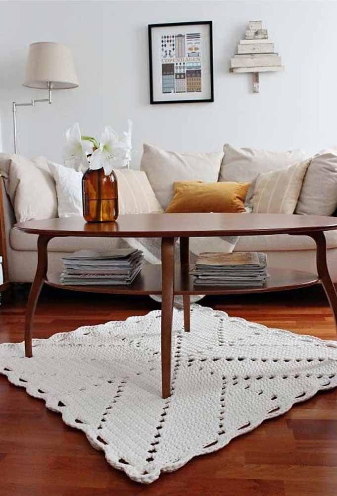 Um tapete de crochê quadrado branco: não tem erro na decor com ele