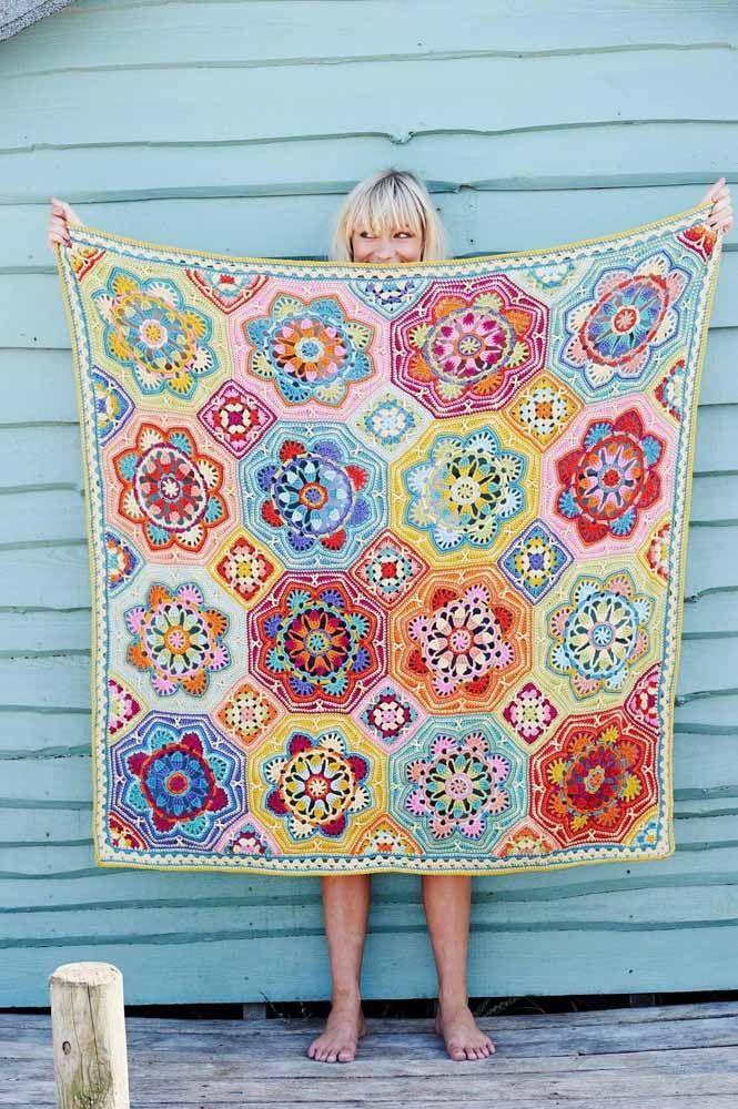 Já para quem está a mais tempo na técnica do crochê pode experimentar um modelo desses: colorido e alegre