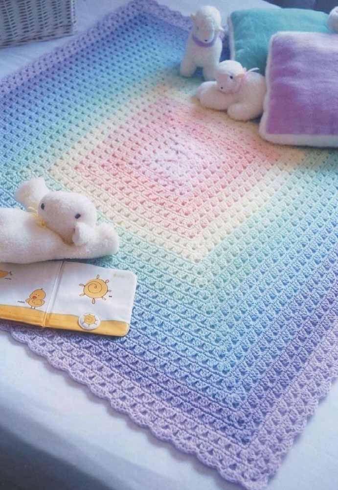 Para o quartinho infantil, a proposta é um tapete de crochê quadrado produzido em um degrade suave que vai do rosa ao lilás