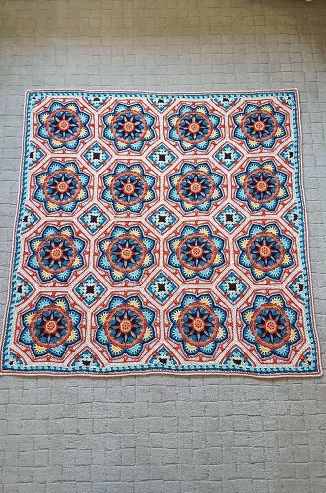 Cores e formas: um tapete de crochê quadrado para deixar a casa cheia de estilo e personalidade