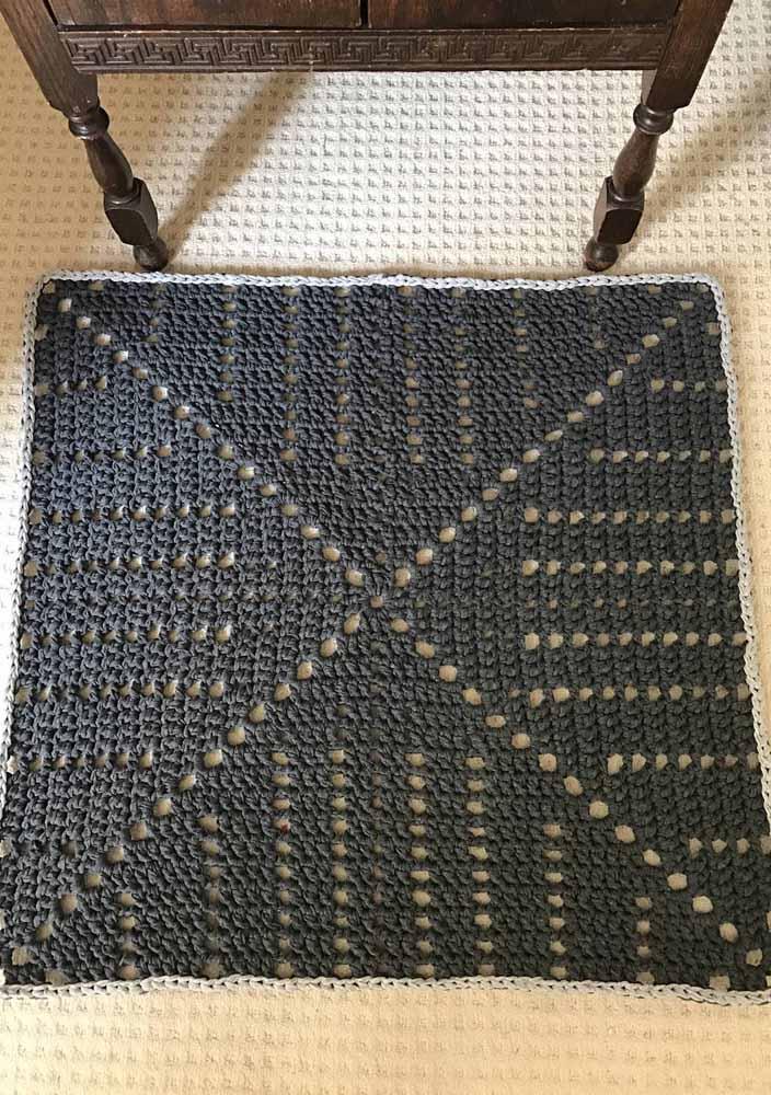Para quem prefere apostar em cores sóbrias e neutras, um tapete de crochê quadrado cinza é ideal