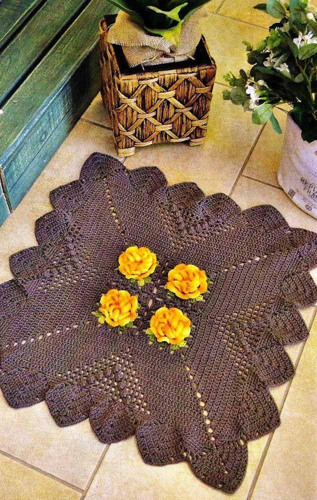Flores amarelas para destacar o tapete de crochê cinza