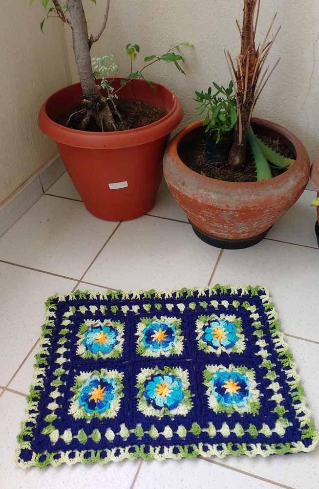 Junto às plantinhas o tapete de crochê florido: combinou ou não combinou?