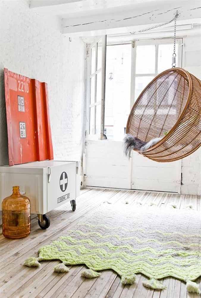 Um tapete de crochê quadrado em tons modernos e com acabamento de franjas, gostou?