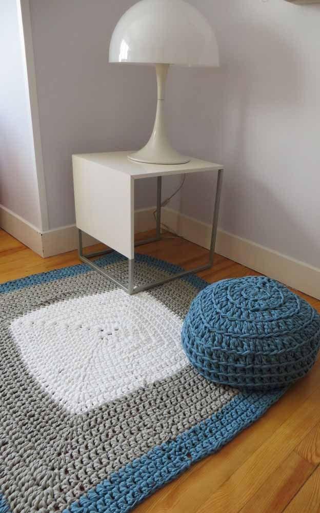 Aproveita que vai fazer o tapete de crochê e faça a capa para o pufe seguindo a mesma cor e textura do tapete