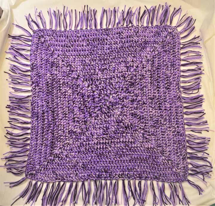 Lilás e preto: uma combinação marcante para o tapete de crochê quadrado