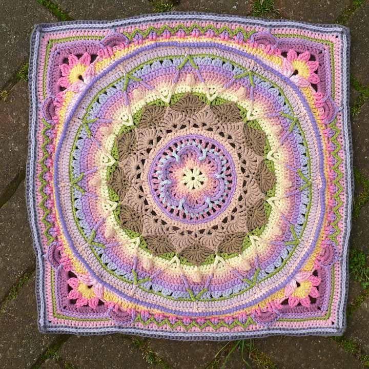 Círculo, triângulo, flores, estrela e muitas cores: de quantos elementos você precisa para fazer um tapete de crochê? Aqui, foram usados todos eles