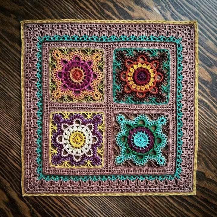 Os tapetes de crochê geralmente são feitos com barbante grosso, mas nada impede que você use uma linha mais fina, para obter um resultado como esse da imagem