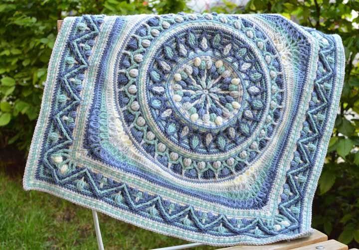Mas também dá para apostar com sucesso em tons claros e delicados, como esse tapete de crochê em tons de azul