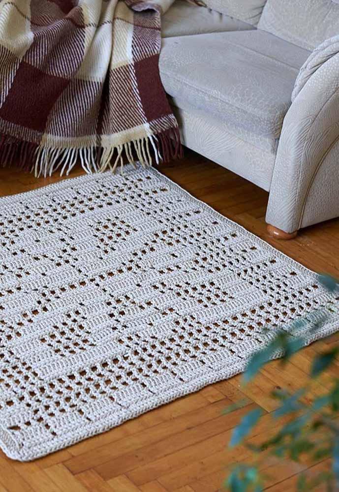 Só que muitas vezes é o simples e discreto que mais se destaca, como esse tapete de crochê quadrado todo feito em barbante cru