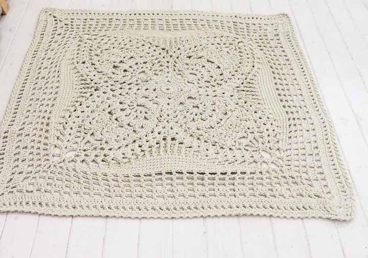 Para os mais experientes, vale a pena apostar em um modelo de tapete de crochê feito com gráfico