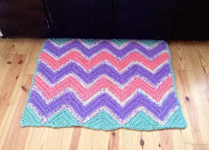 Zigue zague colorido decora esse tapete de crochê quadrado