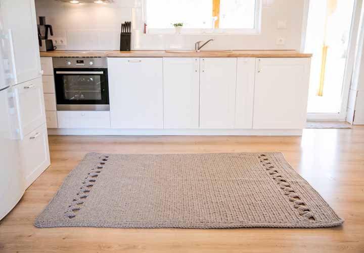 Para a cozinha, a opção foi usar um tapete de crochê quadrado marrom claro